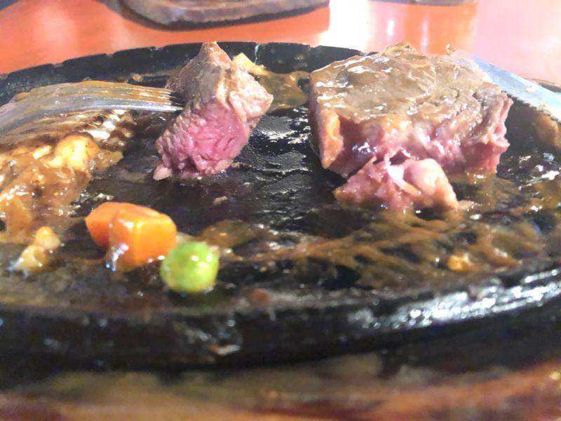 ▲網友分享自己去夜市吃牛排時,點了五分熟送來卻像生肉。(圖/翻攝台南人大小事)