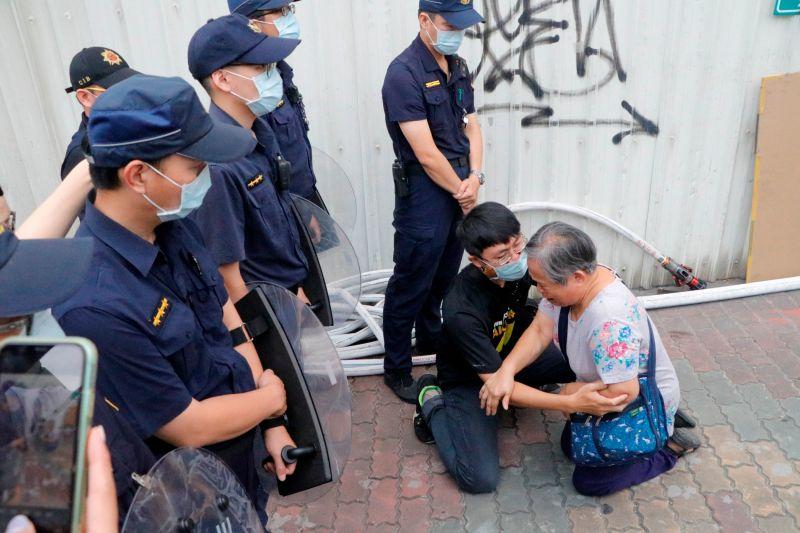 擋拆民眾向警方下跪,懇求勿執行強拆。