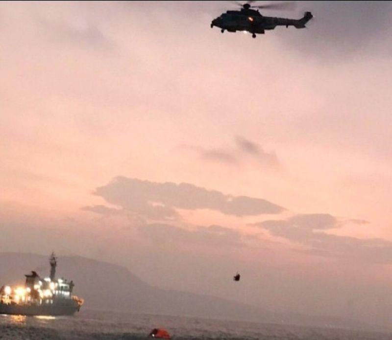 ▲1艘重達2600噸的外籍貨輪昨(12)日因失去動力,擱淺在旗津沙灘外約600公尺處空軍第四聯隊所屬單位於獲報後立即派遣EC225型直升機救援。(圖/記者郭凱杰翻攝,2020.10.13)