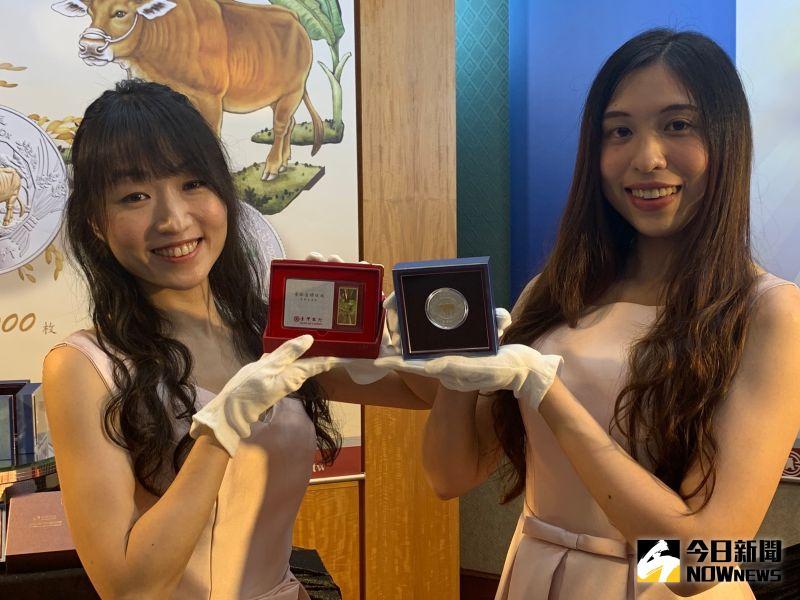 ▲台灣銀行委託中央造幣廠設計、鑄造的「辛丑牛年彩色鍍金精鑄銀幣」及「金鑽條塊牛年生肖版」在今日正式上架銷售。(圖/記者顏真真攝)