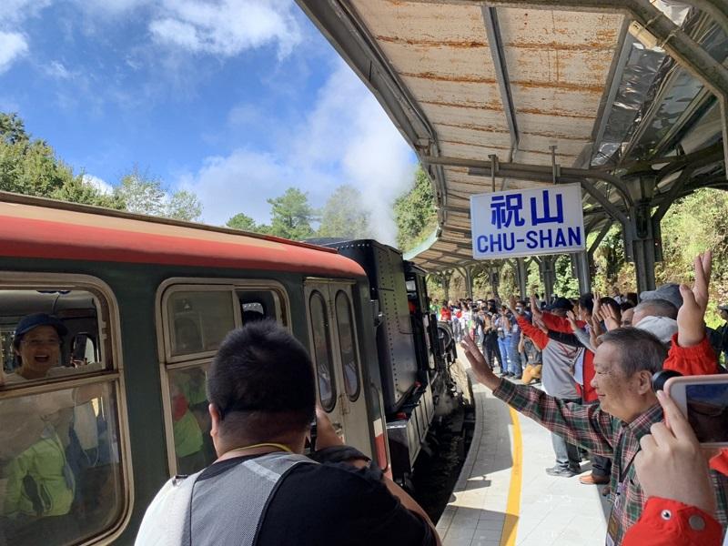 林鐵及文資處在即將改建的祝山車站辦紀念活動,民眾依依揮別離站列車。(圖/林鐵及文資處提供)