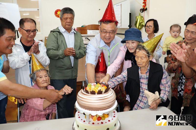 澎後寮關懷據點重陽同樂會 賴峰偉幫101歲人瑞慶生