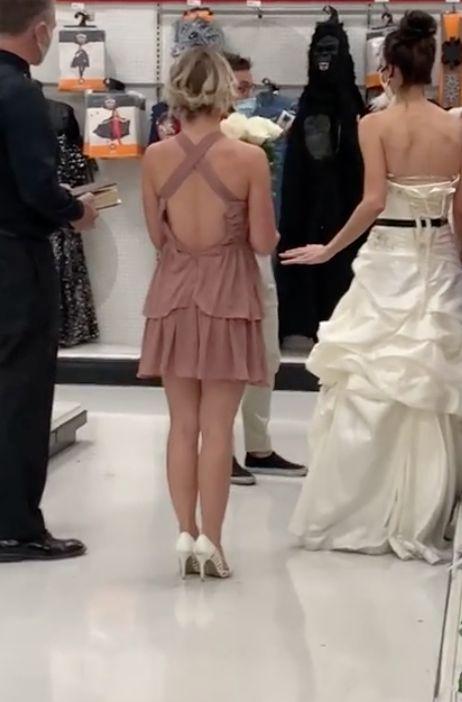 ▲女子求婚來真的,自備牧師和伴娘,連婚紗都穿好了。(圖/翻攝自boymom_ashley的抖音)