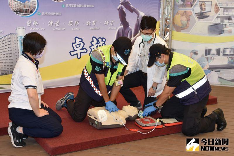 ▲黃威軒在球賽現場接受CPR及AED電擊接力搶救(示意圖)。(圖/記者陳雅芳攝,2020.10.13)