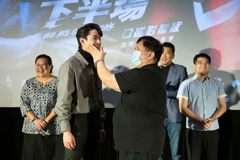 ▲范少勳(左二)主動邀請視障者朋友觸摸他的輪廓。(圖/金馬影展)