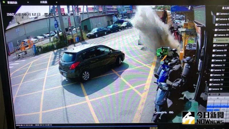 ▲彰化市公所公布監視錄影器畫面,收民眾送來的垃圾,當丟進一包垃圾時,瞬間塵暴了,結果垃圾車壓縮時爆開。(圖/記者陳雅芳翻攝,2020.10.13)