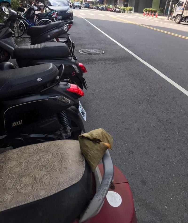 ▲網友發現自己機車上被人放了一粒粽子,詢問大家該怎麼處理?(圖/翻攝自《爆怨公社》臉書)
