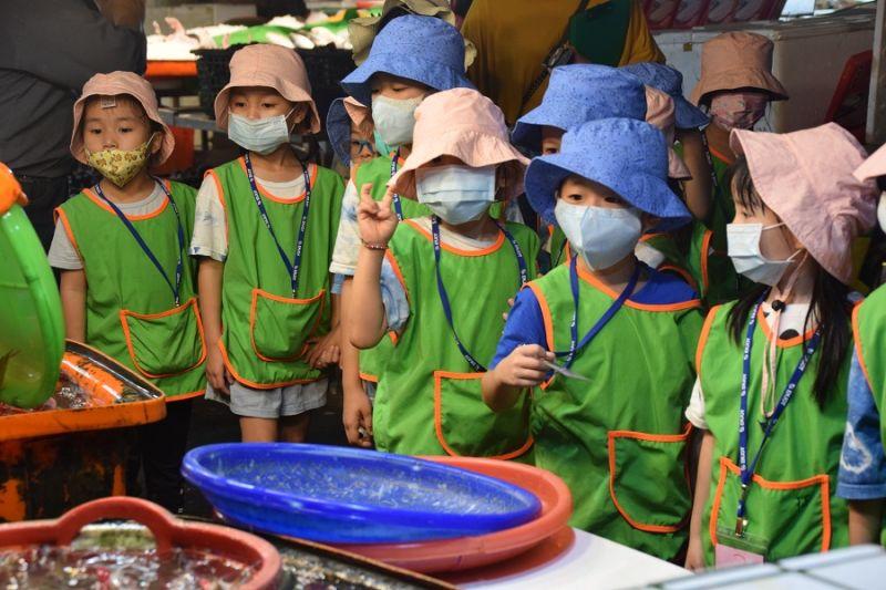 ▲布袋鎮布新國小附設幼兒園為培養幼兒對在地的認同感,布袋區漁會的觀光魚市場參觀。(圖/讀者張先生提供)