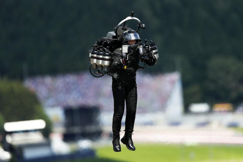 ▲美國聯邦航空局 14 日獲報,有不明人士身著噴射背包在 6000 英尺的高空飛行,被路過的飛機目擊。資料照非當事人。(圖/美聯社/達志影像)