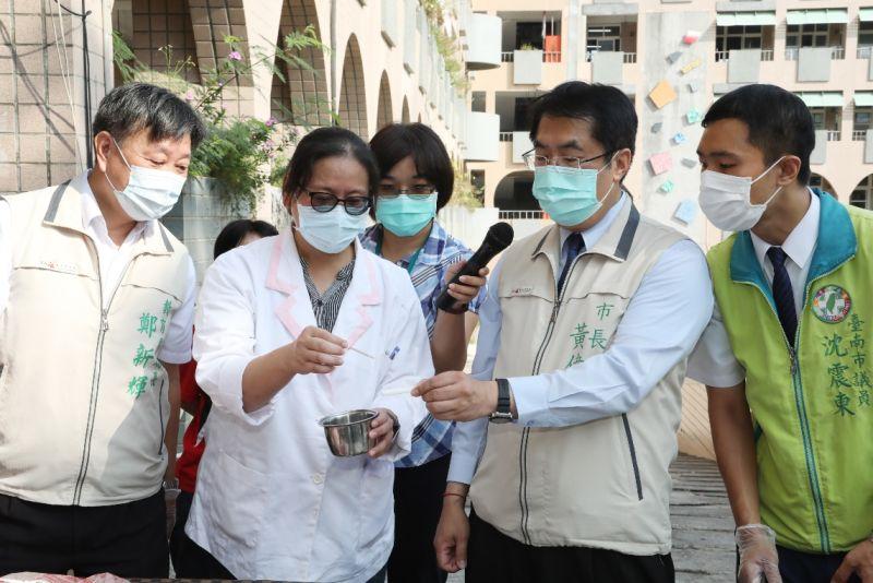 ▲台南市長黃偉哲15日上午至立人國小,視察營養午餐使用的豬肉,檢測萊克多巴胺情形。
