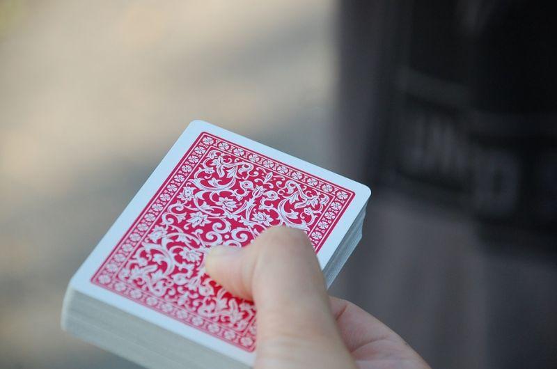 ▲許多網友認為,愛打撲克牌的會搶最後一排的位子。(示意圖/翻攝自《pixabay》