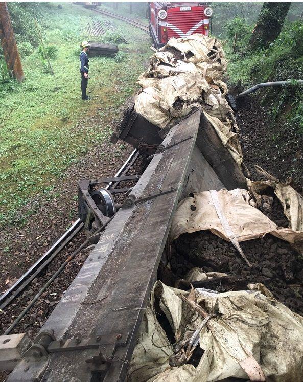 ▲阿里山森林鐵路載運廢棄道碴的工程車發生出軌事故。(圖/林鐵及文資處提供)
