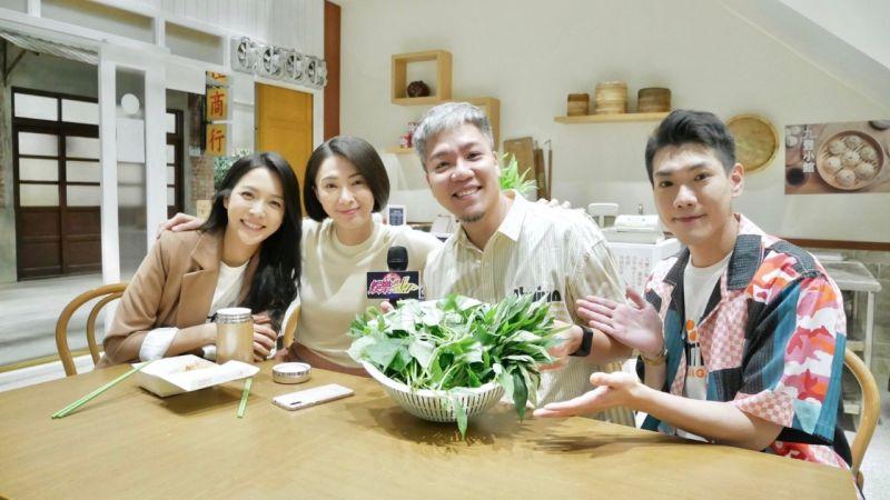 ▲侯怡君(左2)跟何蓓蓓(左1)正在拍攝吃臭豆腐的戲。(圖 / 民視提供)
