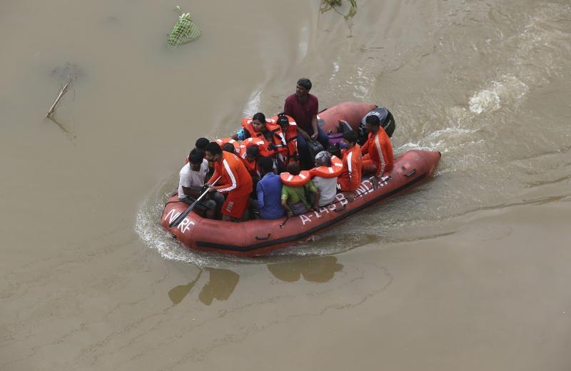 ▲豪雨近日襲擊印度東南部的泰倫加納省和安德拉省,已至少32人喪生。(圖/美聯社/達志影像)