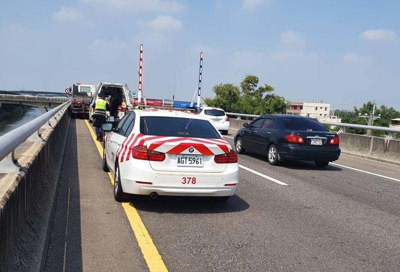 ▲國道公路第三警察隊獲報到場發現駕駛陳癱坐在駕駛座上、有繫安全帶,全身無明顯外傷。(圖/記者陳雅芳翻攝,2020.10.15)