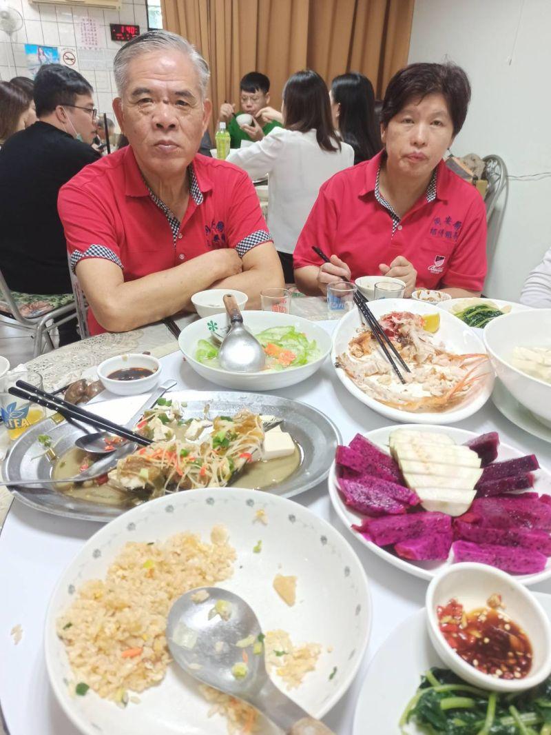 ▲林耿宏經商有成回饋鄉里,助同安廟長青食堂開飯到年底,同安廟主委林水金(左)