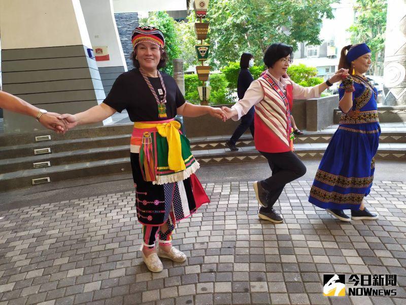 ▲彰化縣長王惠美跳起原住民傳統舞蹈。(圖/記者葉靜美攝,2020.10.16)