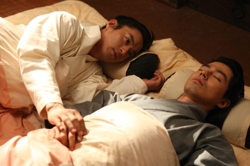 ▲▼片中,趙寅成(上圖右,下圖)跟朱鎮模感情超出友誼範圍。(圖/可樂電影)