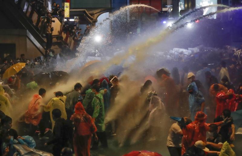 泰國反政府示威未歇 昨警方首度噴灑強力水柱驅趕