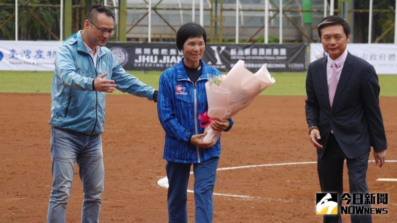 台灣最強!張簡金玲入選壘球名人堂 為企業女壘開球