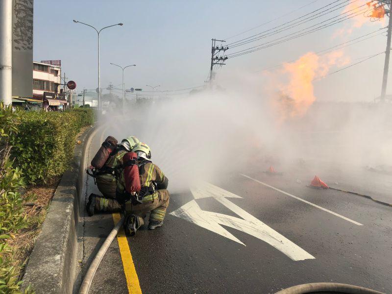 ▲消防人員射水降溫。(圖/記者陳聖璋翻攝)