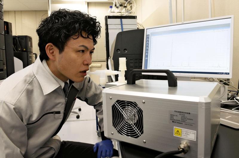 ▲日本東北大學和島津製作所的研究員,成功研究出靠呼氣就能檢測新冠病毒的方法。(圖/美聯社/達志影像)