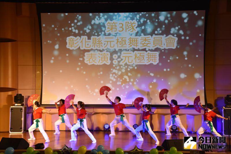 ▲彰化元極舞委員會的元極功夫扇融合舞術、舞蹈、功法及音樂的肢體表現,表現出強健的體魄及靈巧的身手。(圖/記者陳雅芳攝,2020.10.17)