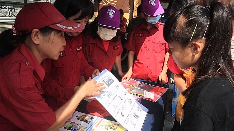 ▲消防局婦宣隊宣導民眾防火常識。(圖/記者蘇榮泉攝,2020.10.17)