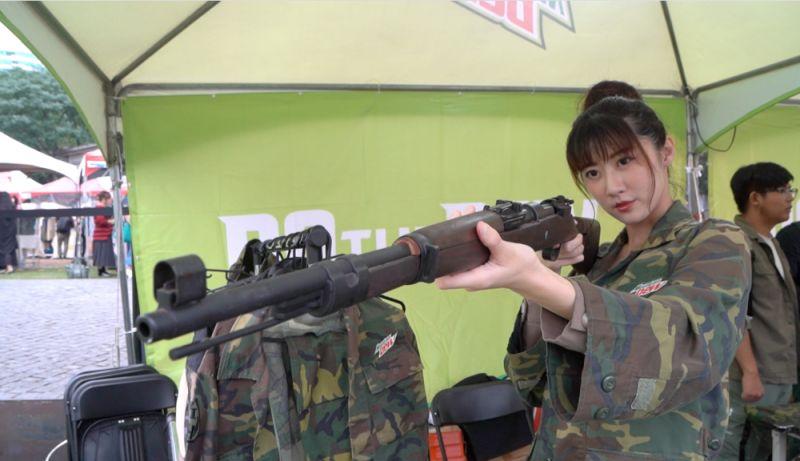 ▲身穿軍服手持槍枝,化身為遊戲中的主角。(圖/NOWnews)