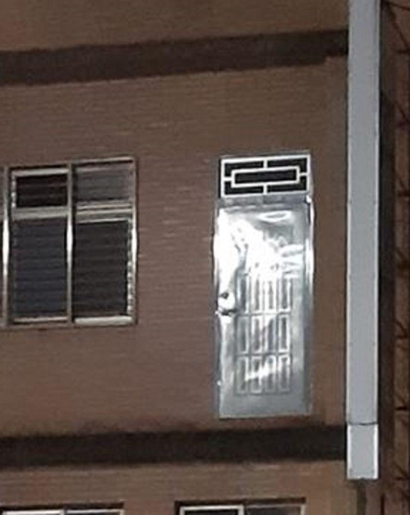 ▲有內行人發現樓跟樓之間有打掉水泥的痕跡,鐵門外原本應該有陽台。(圖/翻攝《爆廢公社二館》)