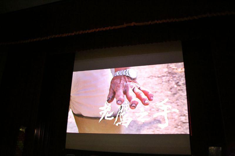 ▲紀錄片《老鷹之手》,記錄農民長年徒手從土裡挖取蓮藕,導致手指嚴重變形,如同老鷹的爪子。(圖/嘉巿府提供)