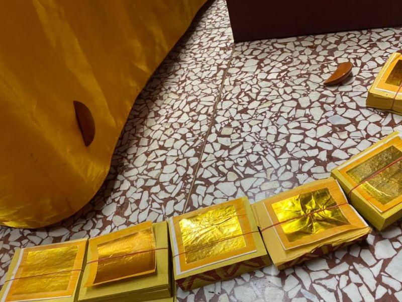 ▲一名女信徒擲筊後,其中一個筊就黏在神桌布上長達30小時以上。(圖/翻攝宜蘭東嶽廟信義會)
