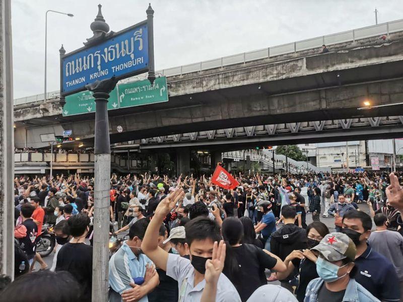 泰國示威升溫!政府封地鐵站 民運團體靠社群發起遊行