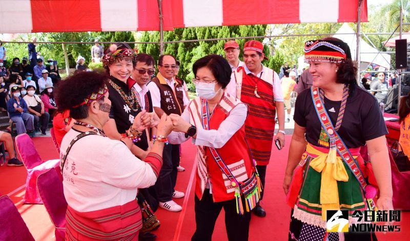 ▲彰化縣長王惠美也穿上原住民特色服飾為與原住民們做近距離互動。(圖/記者陳雅芳攝,2020.10.18)