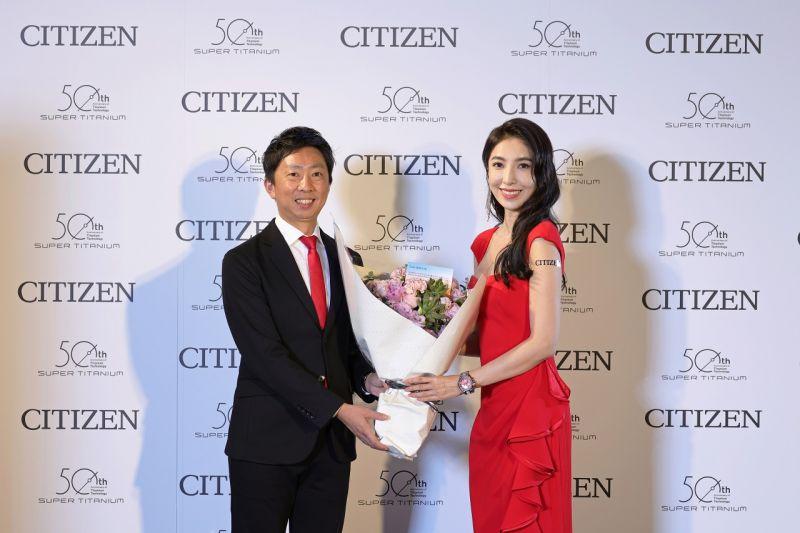 ▲CITIZEN台灣分公司總經理渡邊先生與品牌之友楊謹華合照。(圖/資料照片)