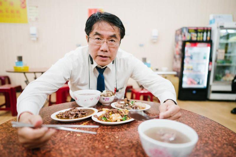 ▲台南市長黃偉哲也發文推薦台南的美味肉燥飯,笑說「邁邁(陳其邁)市長,這些都是我的,牛肉湯給你,潘孟安旁邊站就好,你吃太多了」。(圖/黃偉哲臉書)