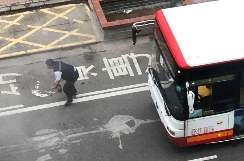 影/路邊自小客突冒煙起火 熱心公車司機下車救火