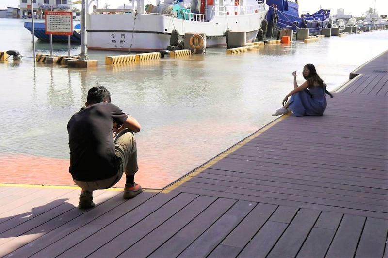 ▲遊客專程開車前往新湖漁港拍照打卡。(圖/記者蔡若喬攝)