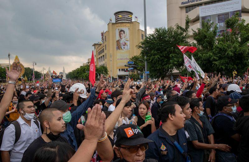 泰王揮霍公帑、避疫德國失民心?泰國示威凸顯貧富差距
