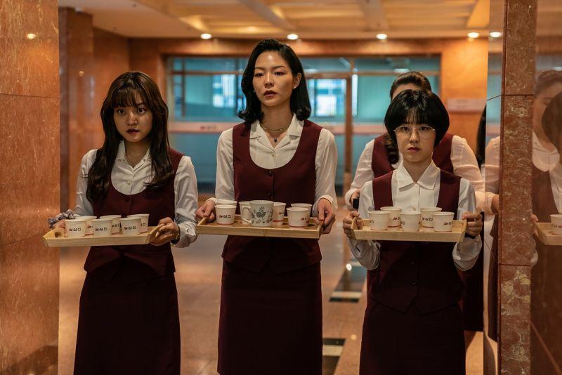 ▲片中,高我星(左起)李絮、朴惠秀的工作都在泡茶打雜。(圖/車庫娛樂)
