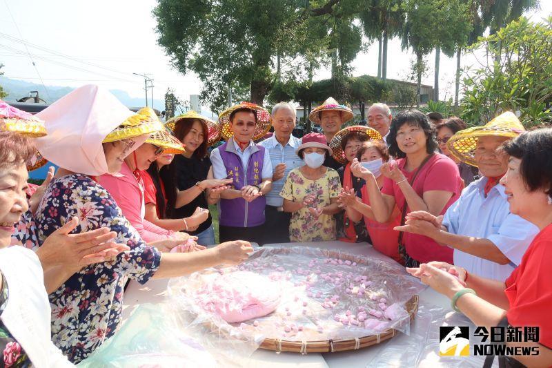 ▲婆婆媽媽搓湯圓為農會百歲生日增添好采頭。(圖/記者陳雅芳攝,2020.10.20)