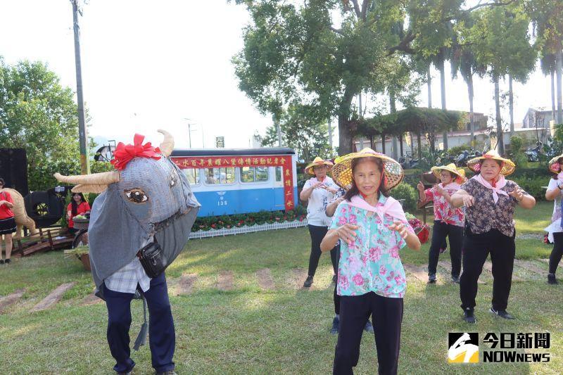 ▲二社田社大學員表演「阿爸牽水牛」,象徵二水鄉以農立鄉。(圖/記者陳雅芳攝,2020.10.20)