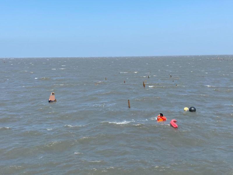 挖蛤蜊遇漲潮險滅頂 海巡分秒必爭成功救援
