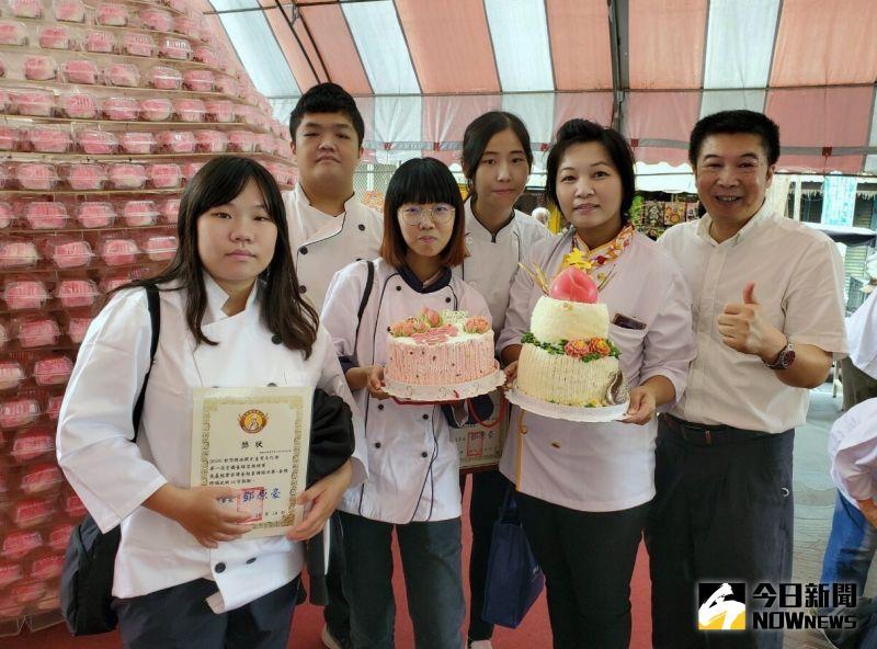 ▲中州科大兩件以「巨桃獻壽」為主題的作品,雙雙榮獲「蛋糕裝飾組」金牌。(圖/記者陳雅芳攝,2020.10.20)