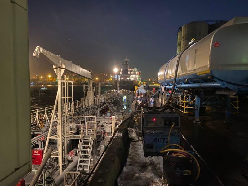 台中港加油船漏油獲控制 中市府採集水樣持續監控