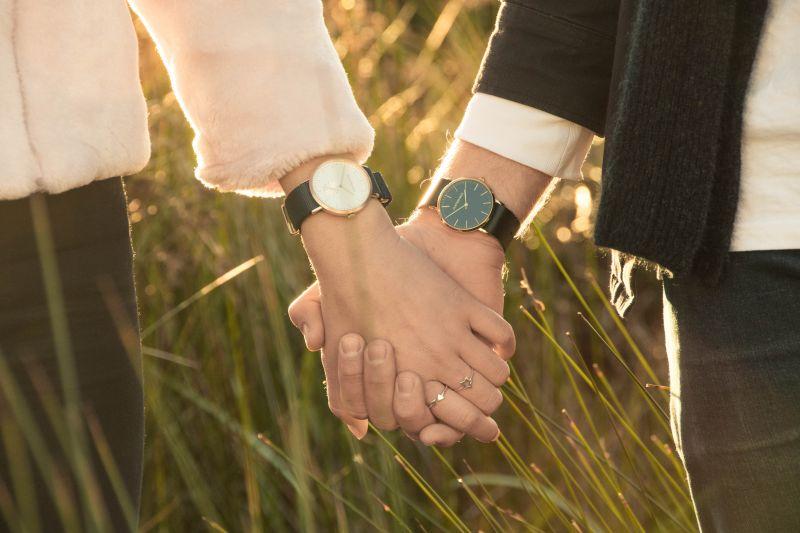 ▲有名男網友到百貨公司買了一支手錶送女友,豈料竟被罵「這假貨」,一送修後真相曝光,網友全傻眼「被綠了」。(示意圖,圖中人物與文章中內容無關/取自unsplash)