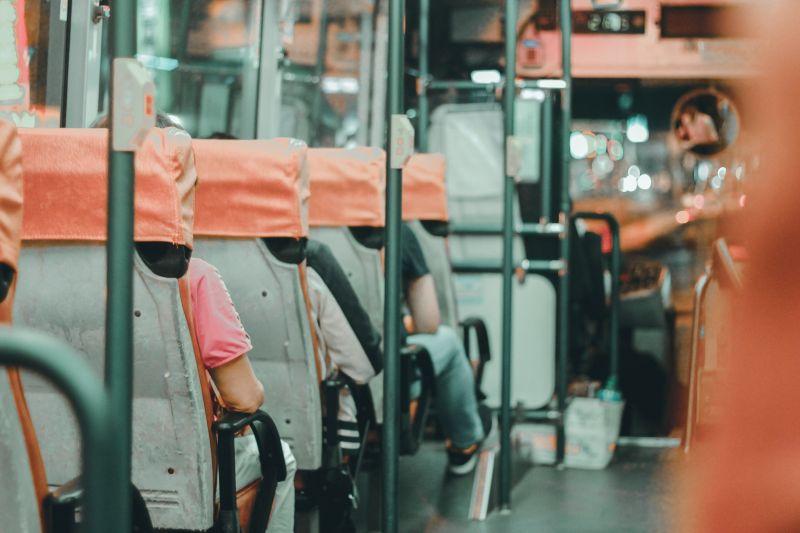 ▲公車司機突然表示,「我等等有三個小時的休息時間,我開車送你過去好了」。(示意圖,圖中人物與文章中內容無關/取自unsplash)