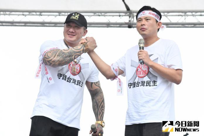 ▲館長(左)去年6月攜手前時代力量立委黃國昌在凱道發起「反紅媒」遊行,吸引大批民眾到場聲援。(圖/資料照)