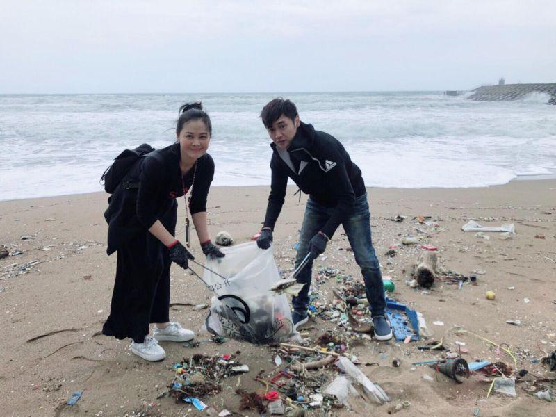 ▲陳維齡(左)、宋逸民號召60藝人淨灘。(圖/藝起發光協會提供)