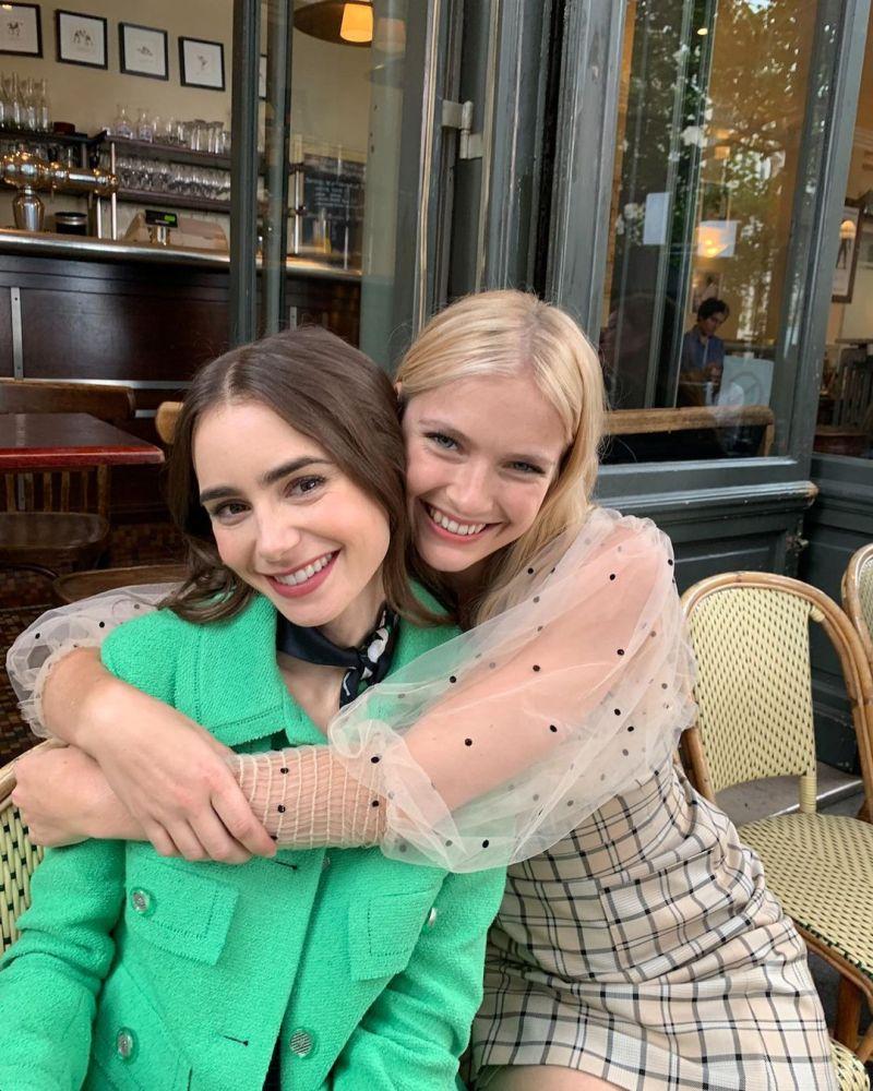 ▲艾蜜莉(左)與卡蜜兒。(圖/《艾蜜莉在巴黎》官方IG)